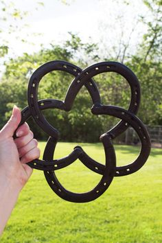 Expand your western decor collection, or introduce a new style to your home living! Composed of 5 welded horse shoes, this metal sculpture is