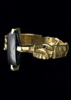 Bague [Ring] Trésor de Colmar. Seconde moitié du XIIIe - début du XIVe siècle (later 13th-14thC) Or ciselé, onyx H. totale : 2,3 cm ; diam. de l'anneau : 1,97 cm insc...