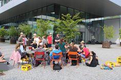 """Biermarathon FH Vorarlberg Am Samstag hat ÖH FH Vorarlberg mit den BA, Ma Studierenden und Incomings den Biermarathon durchgeführt. Aufgabe der Studierenden war es von der FH über den Zansenberg, in zweier Teams, eine Kiste Mohren zu transportieren und zu Trinken. Beim Zieleinlauf mussten, die zwanzig Flaschen gelehrt sein. Kurioses während dem Wettbewerb:"""" Bierkiste wurde verloren, Rucksack wurde vergessen, und die Strecke zweimal gelaufen, Teams haben sich verlaufen u.ä. Es hatten alle… Marathon, Baby Strollers, Children, Left Out, Flasks, Drinking, Baby Prams, Young Children, Boys"""