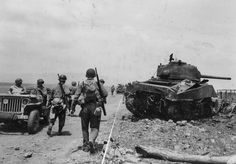 Soldiers of the 1st Armored Division U.S. pass downed and burnt tank M4 'Sherman' in the area of ​​Anzio.