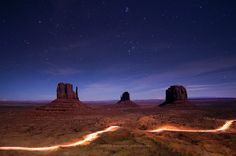 Photo Trail Blazing the Monument Valley in Oljato-Monument Valley, Arizona, United States Starry Night Sky, Night Skies, Earth Surface, Sunset Colors, Amazing Sunsets, Blue Hour, Fun Shots, The Visitors, Monument Valley