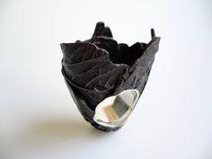 Janus Gallery : Marianne Anselin -   - « 28 janvier 2011 »  - bague -    en feuille du Costa-Rica, résine, argent,   2011. 6 cm x 4 cm Arrêter le processus de dégradation naturel d'une feuille en la ramassant.