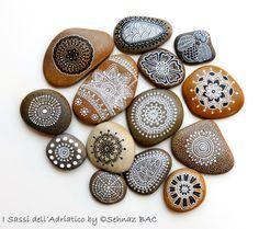 Ensemble de 14 main peinte Mini galets par ISassiDellAdriatico