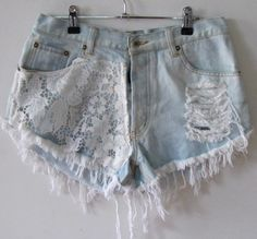 Shorts short com renda, denim and lace, lace denim shorts, diy Lace Denim Shorts, Diy Shorts, Denim And Lace, Cute Shorts, Jean Shorts, Short Shorts, Ripped Shorts, Cutoffs, Short Jeans