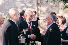 Nicer rural wedding in the inner Andalusia. Animada boda rural en el interior de Andalucía. Family saying hi.