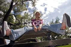 Счастливая Девушка 2 Роялти-Фри Стоковых Фотографий. Tags: barefoot style, bare sole, blonde, bootcut, cardigan, flared, footwear, girl, jeans, jumper, look women, no socks, pullover, sexy, shoe, sockless feet, sweater, without socks, без носков, босиком, джинсы-клёш, на босу ногу, на голую ногу, подошвы ног, тапочки, шлёпанцы