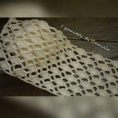 Il punto traforato a uncinetto con ventagli e archetti è semplice da realizzare e si presta a tutti i tipi di creazioni. Clicca sulla foto per lo schema. Hexagon Crochet Pattern, Crochet Cardigan Pattern, Crochet Blocks, Crochet Diagram, Crochet Chart, Crochet Cable, Crochet Shell Stitch, Cute Crochet, Lace Patterns