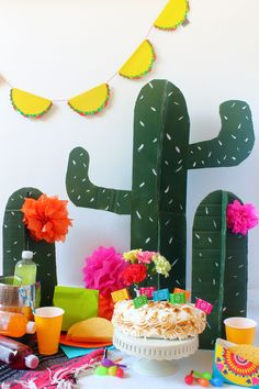 Party Tisch Ideen l Mottoparty Inspirationen l make these cactus props out of cardboard and paint for your next fiesta party Mexican Fiesta Party, Fiesta Theme Party, Taco Party, Festa Party, Mexico Party Theme, Wild West Party, Mexican Birthday, 30th Birthday Parties, Ideas Para Fiestas