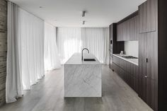 Image 19 of 24 from gallery of Bayside House / Adam Kane Architects. Photograph by Tom Blachford Home Design, Interior Design Kitchen, Kitchen Designs, Design Ideas, Cocinas Kitchen, Close To Home, Open Plan Living, Minimalist Interior, Living Area
