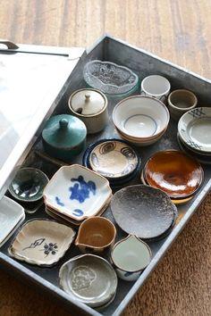 豆皿の集う小筥 Japanese Dishes, Japanese Ceramics, Japanese Pottery, Ceramic Tableware, Ceramic Clay, Ceramic Pottery, Kitchenware, Kitchens Of Distinction, Chopstick Rest