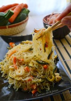 Rice spaghetti with prawns and vegetables- Spaghetti di riso con gamberi e verdure rice noodles with shrimp and vegetables Chinese recipe - Wine Recipes, Asian Recipes, Gourmet Recipes, Healthy Recipes, Shrimp And Vegetables, Sushi, Oriental, Slow Food, International Recipes