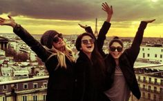 """+ As três estão na França para divulgar o novo filme, """"Spring Breakers"""". Além de trabalhar muito, é claro que elas também estão tirando um tempinho para curtir a cidade, né? Selena também postou no twitter que Paris é incrível! Dá uma olhada nessas fotos e confessa: não dá aquela vontade de estar lá com elas? *-*  Selena Gomez, Ashley Benson e Vanessa Hudgens postam fotos em Paris! - Cliques - CAPRICHO"""