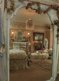 Here are the best and easy DIY Shabby Chic Bedroom Decor ideas. Shabby chic decor brings in a classic countryside vintage vibe to your Master bedroom decor. Romantic Shabby Chic, Cottage Shabby Chic, Shabby Chic Mode, Style Shabby Chic, Romantic Home Decor, Shabby Chic Kitchen, Romantic Cottage, Cottage Style, Bedroom Romantic