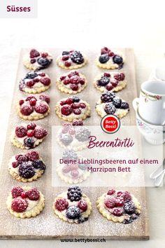 Kleine Beeren Kekse aif einem Marzipan Bett, gebacken auf einem Mürbeteig. Marzipan, Doughnut, Cheesecake, Cookies, Desserts, Food, Sweet Recipes, Berries, Biscuits
