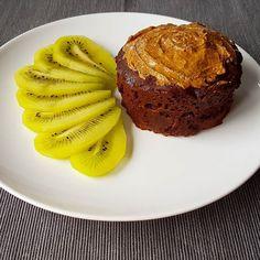 Bom dia  Aqui começamos o dia com um bolo da caneca de cacau com manteiga de amêndoa e frutinha. Não há como o dia correr mal depois de um pequeno almoço assim  Tenham uma excelente terça-feira.