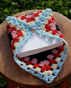 cute Crochet 599541769123805890 - Porte Serviette au crochet Source by tricotetcouture Crochet Stitches Patterns, Crochet Designs, Crochet Squares, Crochet Motif, Crochet Gifts, Cute Crochet, Beautiful Crochet, Confection Au Crochet, Crochet Kitchen