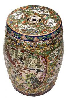 Tamborete em porcelana Chinesa decorado em alto relevo por figura oriental e flores, rica policromia