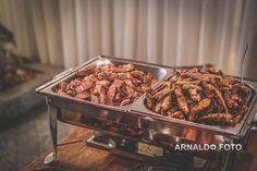 Foto por Arnaldo Peruzo ❤ Ligia & Camargão em Vila Velha/ES. Decoração de casamento romântica e buffet self-service de churrasco | Wedding with barbecue