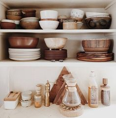 ceramic dishes on op