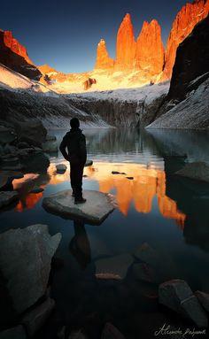 Este hermoso lugar está en Patagonia, Argentina. Es famoso por su hermosa montaña y agua clara.