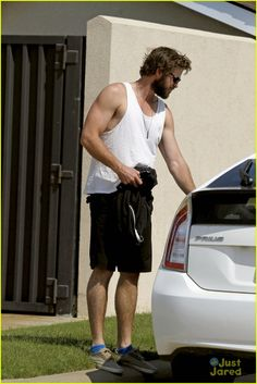 liam hemsworth bares his muscles in a tank top 02