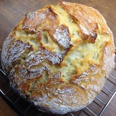I have had the recipe for a No Knead Bread in my recipe folder for ages to try. So far, however, I have lacked a suitable pan for baking. A few weeks ago is therefore a small coated cast iron pot from Ikea … I have had the recipe for a No Knead Bread in … Bread Recipes, Low Carb Recipes, Crockpot Recipes, Soup Recipes, Cake Recipes, Food Cakes, Easy Dinner Recipes, Easy Meals, Recipe Folder