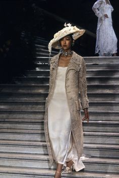 The complete Christian Dior Spring 1998 Couture fashion show now on Vogue Runway. Dior Haute Couture, Couture Mode, Dior Fashion, Couture Fashion, Fashion Show, Womens Fashion, Fashion Design, Fashion Dresses, Top Models