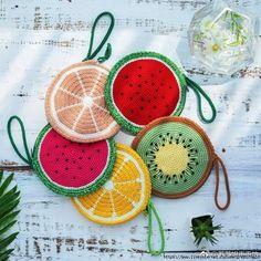 Agarraderas crochet frutas Agarraderas crochet frutas Learn the fact (generic term) of how to needle Crochet Diy, Crochet Food, Crochet Basics, Crochet Motif, Crochet Crafts, Crochet Projects, Crochet Patterns, Crochet Wallet, Crochet Coin Purse