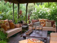 gestaltungsideen terrasse holzüberdachung ethno stil glas kerzenhalter