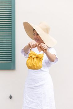 DIY No Sew Furoshiki Purse (with handles!) | ctrl + curate Feed Bag Tote, Feed Bags, Diy Purse Organizer, Purse Organization, Diy Purse No Sew, Diy Jewelry To Sell, Purse Handles, Fashion Sewing, Beach Towel
