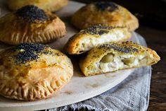 Τριφτή και βουτυράτη ζύμη κουρού, πράσινες ελιές και τυρί κρέμα, συνδυασμός αξεπέραστος δώσε βάση γιατί αυτό το τυροπιτάκι θα γίνει το αγαπημένο σου! Bagel, Bread, Chicken, Recipes, Food, Brot, Recipies, Essen, Baking