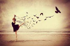 Mujer libre en la playa - La perfección de ser imperfecto