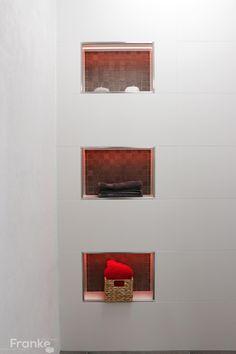 Villeroy & Boch White Cream 30x90 cm kombiniert mit dem Mosaik von Kronos Ceramiche Prima Materia. In den Ablagefächern wurde die LED-Lichttechnik von Schlüter Liprotec eingearbeitet. http://www.franke-raumwert.de/Villeroy-und-Boch--White---Cream-1321-SW00-0.html #Villeroy #Boch #Wandfliesen #Mosaik #LED #Lichttechnik #Fliesen #Kronos #Prima #Materia #Villeroy #Boch