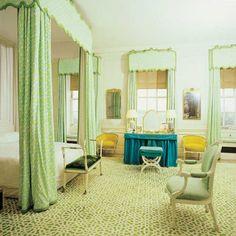 Retro-wnętrze od Davida Hicksa  David Hicks był najbardziej wpływowym projektantem w latach 60-tych i 70-tych. Zaczął od projektowania dywanów w 1963 roku, których wzory były później kopiowane i rozpowszechniane na wielu innych produktach. W 1969 roku zajął się projektowaniem wnętrz dla bogatych klientów na Manhattanie. Jego talent dostrzegli właściciele Hotelu Okura w Tokio czy Król Arabii Saudyjskiej, dla którego zaprojektował wnętrze jachtu.