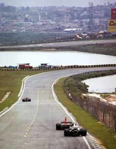 Niki Lauda leading Carlos Pace during the 1975 Brazilian Grand Prix. Pace will pass Lauda and race on for a home win. Vintage Sports Cars, Vintage Race Car, F1 Motor, Motor Sport, 24 Hours Le Mans, Brazilian Grand Prix, Good Old Times, 1975, Car And Driver