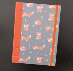 Porta cartillas infantil.      Tamaño 23*16   Portadas tela y papel decorado   Grabado en seco   Interior2 bolsillos grandes porta carti...