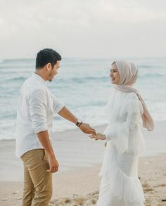 Pre Wedding Poses, Wedding Couple Poses Photography, Couple Photoshoot Poses, Pre Wedding Photoshoot, Bridal Photography, Wedding Couples, Wedding Pictures Beach, Muslimah Wedding Dress, Cute Muslim Couples