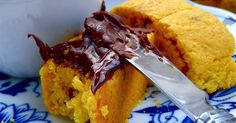 Recette - Krisprolls au safran et pistaches   750g Cornbread, Baking, Ethnic Recipes, Food, Sweet Desserts, Chocolate Cream, Pistachios, Recipe, Parchment Paper Baking