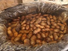 Cajun boiled peanuts, also known as Goober Peas, are a common treat most often dipped from slow cookers in gas stations along the highways and biways of the South. Crockpot Boiled Peanuts, Cajun Boiled Peanuts, Boil Peanuts Recipe, Chicke Recipes, Cajun Recipes, Crockpot Recipes, Cooking Recipes, Cajun Food, Easy Recipes