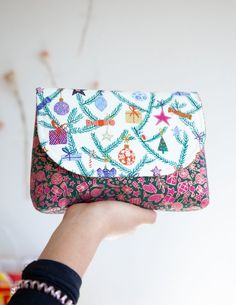 This simple Cosmetic Pouch designed by @zeriano is the perfect gift! Check out the full tutorial on the blog at #WeAllSew. Sewing Patterns Free, Sewing Tutorials, Sewing Ideas, Sewing Tips, Pouch Bag, Pouches, Small Sewing Projects, Pouch Pattern, Pouch Tutorial