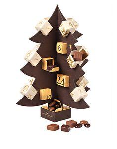 La Maison du Chocolat a imaginé un calendrier de l'Avant sous la forme d'un sapin rouge vif garni de 24 chocolats fondants. A noter, le sapin se déguste également, pour notre plus grand plaisir. Ce calendrier est proposé à 48€ dans les boutiques de La Maison du Chocolat. La Maison du Chocolat – 8 Boulevard…