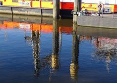 Die Spiegelung. Die Spiegelungen.  Die Reflexion. Die Reflexionen.  Spiegelungen im Wasser sehen oft ziemlich reizvoll aus.