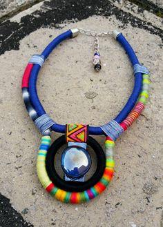 Collier africain collier ethnique en perles collier Collier Collier en corde collier tribal africain bijoux femmes cadeau Saint-Valentin cadeau boho boho bijoux anniversaire cadeaux unique collier Collier Bohème fabriqué à partir de corde de coton entourée de fils de différentes broderies et perles de verre pendentif. C'est un collier fait par mes soins, à la main enveloppée avec amour et dévouement. Longueur totale est de 18 à/46 cm. Chaîne en plaqué argent ou d'or permet de changemen...