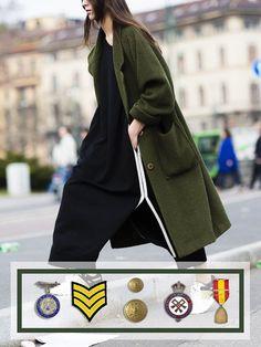 Capo chiave per il prossimo inverno è il #cappotto dalle lunghezze e volumi importanti, arricchito da spille ed emblemi militari! Scopri di più su www.fashionforbreakfast.it