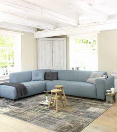 Witte, houten inrichting met blauwe bank van Coming Lifestyle