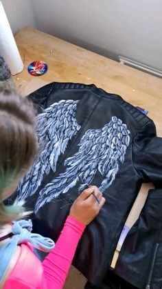 Time lapse video of me painting the first layer of feathered wings using leather paint on a leather jacket. Commissions taken for custom and bespoke designs. Colourful artist is Anna Hughes Painted Jeans, Painted Clothes, Painted Shoes, Hand Painted, Custom Clothes, Diy Clothes, Look Fashion, Diy Fashion, Denim Kunst