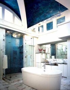 couleur salle de bain blanc et bleu: sol en marbre et mosaïque bleue