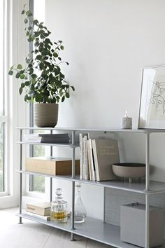 ANNONSE/AD I´ve always been a fan of the Danish furniture brand Montana, and I´m loving their new Montana Free shelving system designed by Jakob Wa. Free Interior Design, Interior Design Inspiration, Interior Styling, Montana, Living Room Shelves, Minimalist Bedroom, Living Room Interior, Decoration, Living Spaces