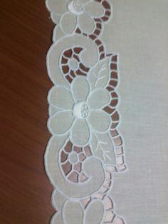 I miei hobbies: Centro ad intaglio Cutwork Embroidery, Paper Embroidery, Machine Embroidery Patterns, Embroidery Designs, Textiles Techniques, Crochet Tablecloth, Stencil Designs, Handicraft, Quilts