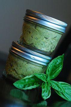 4 bolsas de hojas de albahaca  5-6 dientes de ajo  mantequilla ½ c.  2 c.queso parmesano, rallado (no triturado)  1 cucharadita de sal   pimienta recién molida  aceite de oliva ½ c.  13 c. piñones  13 c. nueces
